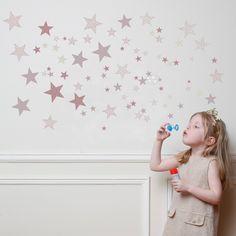 Adhesivos de estrellas de diferentes tamaños y colores. Ideales para dar un toque alegre a una habitación. Se incluye manual de instrucciones para su colocación. Fabricado en Francia y realizado con tintas ecológicas. Dimensiones: 100x60cm.