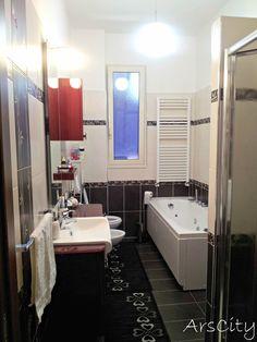 Ecco finalmente le foto del mio bagno..completamente ristrutturato da me, l'ho ampliato per poterci mettere vasca e doccia...a me ovviamente piace molto!anche se le piastrelle nere e i mobili lucidi sono un incubo da pulire, ogni tre secondi sembrano sporchi!!