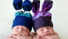 Dos bebés con gorritos graciosos