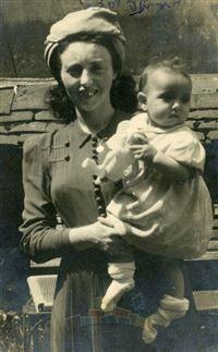 רבקה שטיצברג (לבית מקובר) עם בתה הבכורה חיה (לימים קמינר) שנולדה במחנה העקורים סן זשרמן