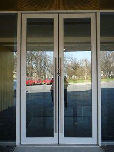 RÁCZ HOTEL Budapest, I. Hadnagy utca xtreme magasságú küszöb nélküli padlócsukós bejárati ajtó, fix üvegfalban