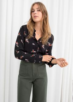 Other Stories - - Model front image of Stories button down blouse in black Source by ahnamargaridapacheco Black Blouse Outfit, Floral Blouse Outfit, Bluse Outfit, Blouse Dress, Blouse Models, Fashion Story, Printed Blouse, Dresses For Work, Work Outfits