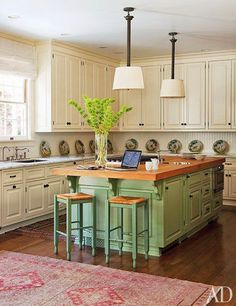 Eye For Design: Decorate Your Kitchen With Two-Tone Cabinets