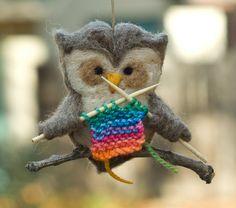 Needle-felted-owl-ornament-knitting. Hand gevilt uiltje met breiwerkje op tak, schattig toch? Te koop op Etsy.
