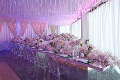 Sublime table miroir avec chaises Louis Ghost et chemin de table fleuri!!!