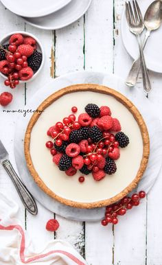 Vanilla Custard tart with fresh berries (vegan, gluten-free & refined sugar-free) Tart Recipes, Sweet Recipes, Vegan Recipes, Dessert Recipes, Custard Tart, Vanilla Custard, Cupcakes, Foto Pastel, Sweet Tarts