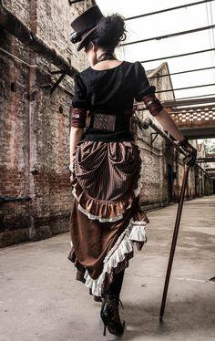Longue jupe marron vintage steampunk avec sangles et dos pliss� RQBL Shop : www.steampunk-story.com