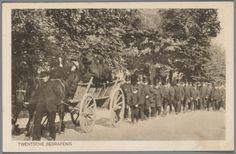 Begrafenis van Albert Breukers te Hengelo, 29 april 1903 De naast vrouwelijke verwanten zitten op de wagen en hebben een zwarte doek over het hoofd geslagen als teken van rouw. #Overijssel #Twente #Saksen