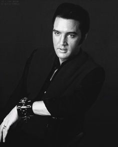 Elvis Presley is one of those names that pretty much everyone in the western world has heard of. Born on January Elvis became one of the most Lisa Marie Presley, Priscilla Presley, King Elvis Presley, Elvis Presley Photos, Elvis 68 Comeback Special, If I Can Dream, You're Hot, Costume, Graceland