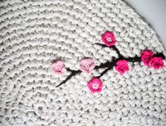 Top 10 DIY Crochet Rugs - some brilliant tips! Use old bed linen to make chunky yarn and crochet it into a rug! Diy Crochet Rug, Crochet Rug Patterns, Manta Crochet, Crochet Home, Love Crochet, Crochet Crafts, Yarn Crafts, Crochet Flowers, Knitting Patterns