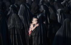 Una niña bareiní, es llevada en brazos por su madre durante el funeral por Sayed Omram Sayed Hameed, el pasado 28 de mayo, en el pueblo de Karzakkan, al sur de Manama. Hameed, de 26 años, murió en el hospital tras desarrollar complicaciones respiratorias. Sus familiares afirman que su muerte se debe a la inhalación de gases lacrimógenos tóxicos que la policía usó durante una protesta en mayo de 2013.