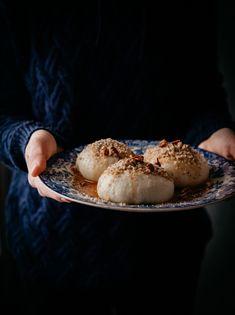 Buchty na pare s tvarohom a slaným karamelom - The Story of a Cake Pretzel Bites, Delish, Cheesecake, Food And Drink, Bread, Breakfast, Ethnic Recipes, Spoon, Basket