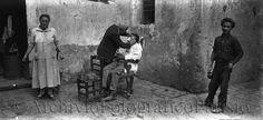 Napoli 1930: barbiere ambulante - Fondo Troncone - Archivio Fotografico Parisio - http://www.archiviofotograficoparisio.it/