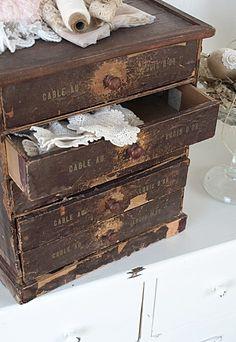 Brocante, déco brocante vintage industrielle, anciennes boîtes de mercerie