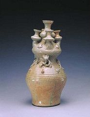 The hill jar (罐) is another fairly frequent form, and many models of servants, domestic animals, buildings, wellheads, dovecotes, and the like also have been discovered in graves.