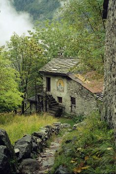 This abandoned house stirs something in me. I get this eerie feeling when i look at it. Abandoned Buildings, Abandoned Mansions, Old Buildings, Abandoned Places, Beautiful Buildings, Beautiful Places, Old Barns, Haunted Places, Architecture