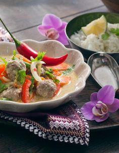 Thaimaalaisessa lihapullacurryssa maistuvat aidot Thaimaan maut. | K-Ruoka