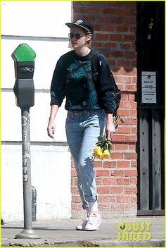 Kristen Stewart Picks Up Some Flowers While Hanging With Friends! | kristen flowers 2 - Photo