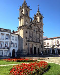 A cidade de Braga em Portugal é um dos principais destinos religiosos do país. Além de diversas atrações turísticas, Braga conta com igrejas belíssimas que merecem ser visitadas. Confira a lista qu… Portugal Places To Visit, Places To Travel, Places To Go, Braga Portugal, Old Mansions, Cool Photos, Amazing Photos, Barcelona Cathedral, Spain