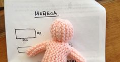 Criaturitas tejidas. Los secretos que nadie te dice para hacer amigurumis perfectos Knitted Dolls, Crochet Toys, Knitted Baby Blankets, Crochet For Beginners, Baby Knitting, Baby Dolls, Free Pattern, Winter Hats, Ornaments