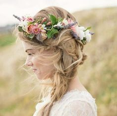 Un recogido chulo para inspiraros, la trenza desecha con #corona de flores. Un ejemplo más de los que os hemos preparado en nuestro #Pinterest  #hairstyling #hairandmakeup #flowercrown #flowers