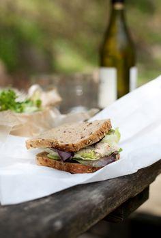 Sandwich salade et mousse de poisson et vin blanc