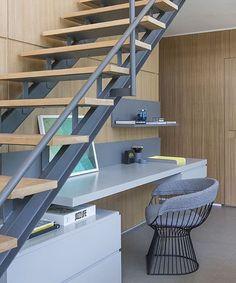 Aproveitando o espaço debaixo da escada, da melhor forma possível. 💙💙💙💙💙 cantinho de 📖= Madeira + cinza !!! 😍 💡 @triplex_arquitetura #interiores #interiordecor #interiordesign #home #homedecor #homedecoration #homedesign #homeinterior #decor #decorhome #decoracao #decoration #lovedecor #lovedecoration #lovedecor #instadesign #instaarchi #instaarchitecture #instadecorhome #inspiration #inspiração #referências #idéias #ideas #ideascreativas