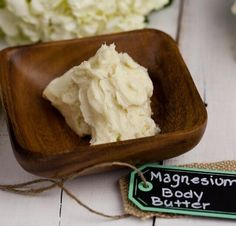 Homemade CALM Body Butter - This homemade magnesium lavender body butter recipe is hydrating and nourishing to your skin! The magnesium helps muscles to relax and and lavender brings a calming sensation! Magnesium Oil, Magnesium Benefits, Oil Benefits, Magnesium Cream, Diy Lotion, Homemade Beauty Products, Beauty Recipe, Diy Skin Care, Homemade Cosmetics
