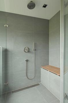 Deze moderne badkamer is ontworpen door De Jong Sanitair & Tegelspecialist. Samen met de klant zijn wij met de wensen aan de slag gegaan. Naast het ontwerp hebben wij ook...