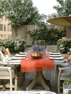 I can totally visualize a brunch with this outdoor table setting