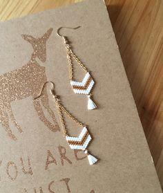 Boucles d'oreilles tissées main avec perles Miyuki Delicat - doré et blanc avec pompons