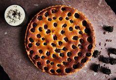 Forkæl dine gæster med Morten Heibergs lækre brombærtærte med velsmagende mandelcreme.