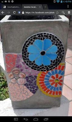 Pot Mosaic Vase, Mosaic Flower Pots, Pebble Mosaic, Mosaic Garden, River Rock Landscaping, Landscaping With Rocks, Landscaping Ideas, Backyard Landscaping, Tile Tables