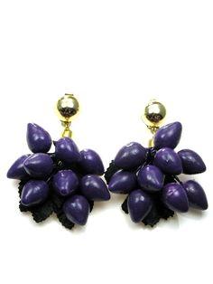 Paarse oorclips op een zwart blad, slechte 1,75 per paar. www.deoorbel.nl #oorclips clip-on earring