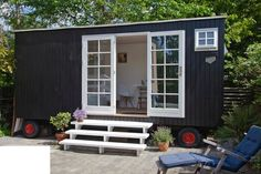 house on wheels Backyard Sheds, Backyard Retreat, Tiny House Exterior, Summer Cabins, She Sheds, Small Buildings, Garden Studio, Tiny House Living, Garden Spaces