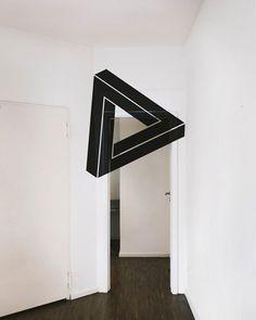 L'artiste française spécialiste de l'anamorphose et de l'illusion d'optique Fanette Guilloud vient de terminer une nouvelle série de travaux au Generator Hostel de Berlin. A l'aide de d'adhésifs, de peintures et de son oeil aiguisé, elle travaille les différentes profondeurs et les différents…
