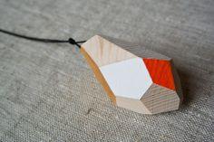 Wood&cut, pendenti da indossare in abete, cordino nero. Shop su Etsy: https://www.etsy.com/it/shop/Woodncut