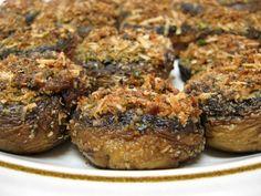 Le cappelle di funghi al forno si preparano pulendo le cappelle e farcendole con i gambi tritati con pangrattato, quindi passando nel forno. Scopriamo come realizzare la ricetta in pochi passaggi.