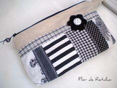 Necessairedelinho rústicocompatchwork de tecidos em P&B e aplicação de flor.   Forrada com tecido 100% algodão e manta acrílica.  (tama...