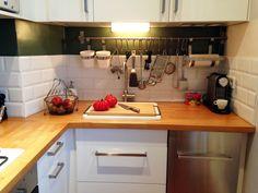 Cuisine blanche avec plan de travail en bois et carreaux métro