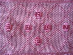 Toalha bordada a mão nos pontos reto, ilhós e diagonal com linha rosa
