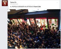 Folla granata all'esterno del Toro Store in attesa del capitano Kamil Glik - 25 aprile 2014