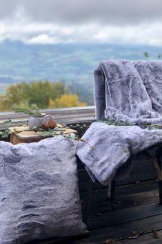 Une belle vue, Une terrasse, du vieux bois, quoi de mieux pour décorer un cadre idyllique montagnard, que de la fourrure, pour réchauffer l'ambiance et apporter de la douceur, l'effet cocooning sera au rendez-vous! pour découvrir nos produits sur l'eshop cliquez... Belle Boutique, Home And Deco, Elegant Homes, Tumblr, Blanket, Old Wood, Nice View, Fur, Gentleness