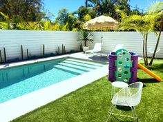Chalet, 38 Kingsley st Byron bay. This is a perfect family stay. Three King beds and rumpus room in this ultimate stylish holiday pad seated in a gorgeous family neighbourhood. Next to this Miami looking pool is our Fountain Gym that is The perfect addition to your family get away at only $25 for a 11 day hire this is the best. We hire all your holiday, baby and beach needs at the Byron baby shop in Byron bay www.byronbabyshop.com.au @byron_beach_abodes @byron.bay @familyholidayhire @byronb Garden Swimming Pool, Swimming Pool Landscaping, Small Swimming Pools, Pool Fence, Backyard Beach, Small Backyard Pools, Pool Decks, Byron Beach, Pool Colors
