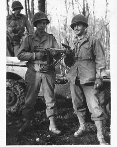 WWII photo Soldiers of the 4th US Infantry Division look at the Eiffel Tow  //606