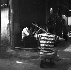 A street baglama player on Izmir streets. (Source: http://www.flickr.com/photos/taylanoz/)