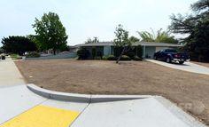 干害に悩まされる米カリフォルニア(California)州ロサンゼルス(Los Angeles)東部のグレンドラ(Glendora)にある住宅地の茶色く枯れた芝生(2014年7月29日撮影)。(c)AFP/Frederic J. BROWN ▼31Jul2014AFP 干害続く米加州、水利用に関する罰金で市民混乱 http://www.afpbb.com/articles/-/3021994