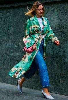 Kimono: um bom kimono pode muito bem fazer a diferença e deixar a produção para lá de elegante. Experimente coordená-lo com um jeans e tee branca.