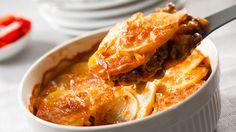 Kuumenna rypsiöljy pannulla. Ruskista sipulikuutiot ja jauheliha. Lisää tomaattimurska, valutetut pavut, ranskankerma ja hienonnetut jalapenot sekä halutessasi 2 murskattua valkosipulin kynttä. Hauduta noin 10 minuuttia miedolla lämmöllä. Levitä uunivuoan pohjalle puolet jauhelihakastikkeesta. Levitä päälle puolet viipaleperunoista ja suolaa. Levitä loppu jauhelihakastike perunoille. Levitä pinnalle loput perunat ja juustoraaste. Kypsennä uunissa 200 asteessa 50 minuuttia. Anna vetäytyä…