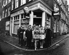 Amsterdam, Café Rooie Nelis, personeel en klanten voor de deur.